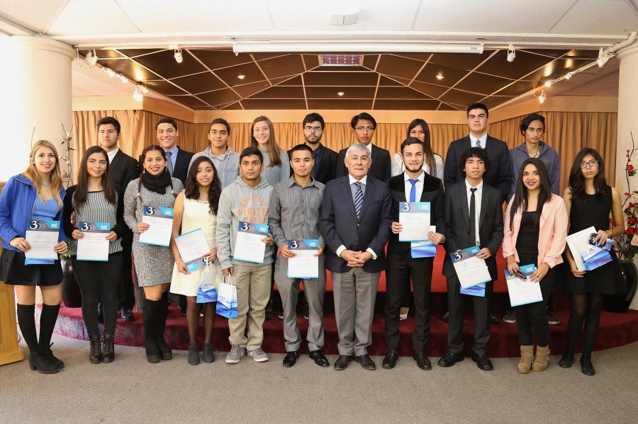Entregan Beca de Honor a alumnos destacados