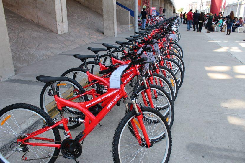 74 estudiantes UA recibieron bicicletas