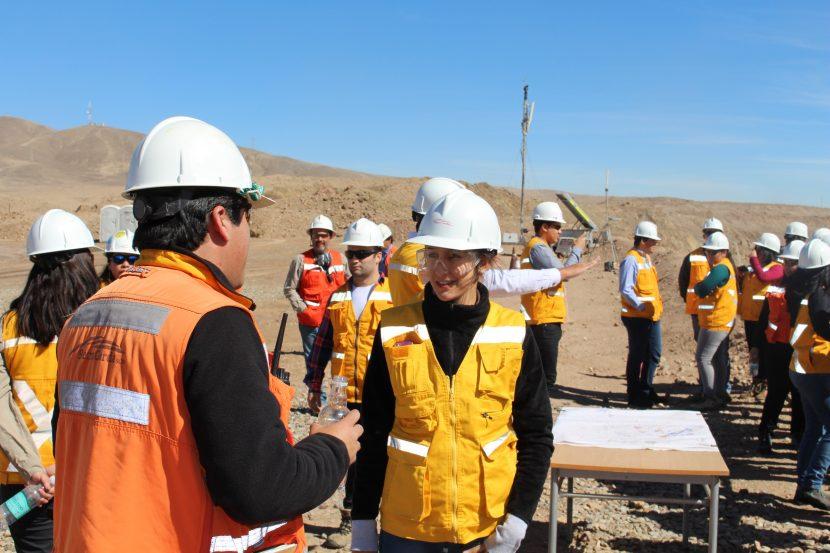 Estudiantes UA visitan faena de Sierra Gorda SCM