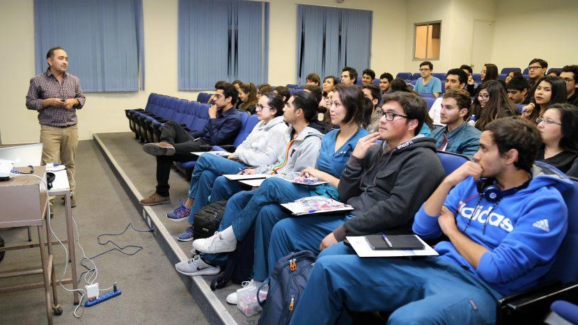 Estudiantes conocen avance en rehabilitación oral e implantología