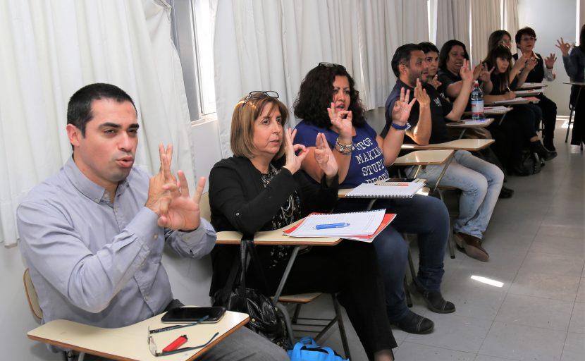 UA imparte curso de lengua de señas a sus funcionarios